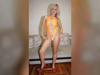 Christinas Striptease in orangem Badeanzug