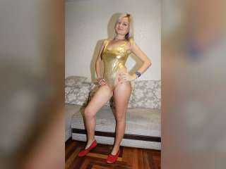 Christinas goldener Wetlook Badeanzug Striptease