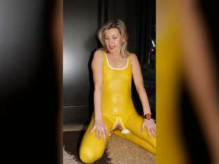 Posing in gelbem Latex Catsuit
