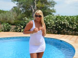 Weisses Kleid am Pool